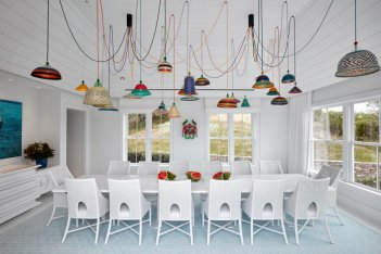 全白色的餐厅设计增添了令人兴奋的色彩